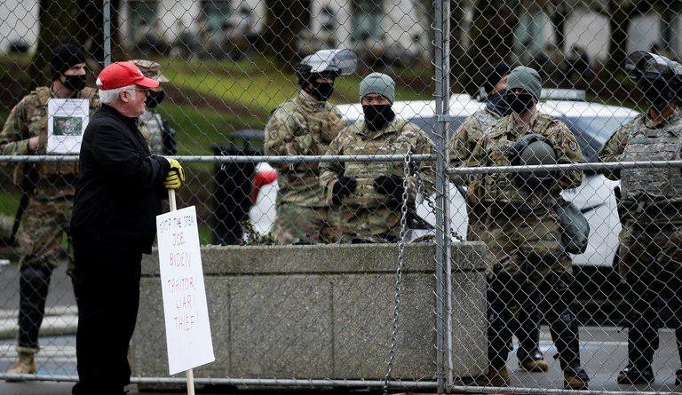 El FBI revisará a las propias tropas ante temores de un ataque interno contra Joe Biden en Washington